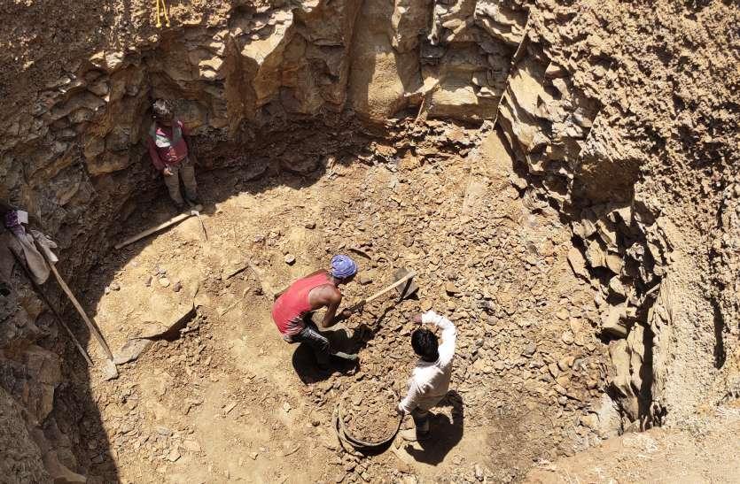 लॉक डाउन का सदुपयोग- जलसंकट दूर करने जुटा पूरा परिवार और खोद डाला कुआं