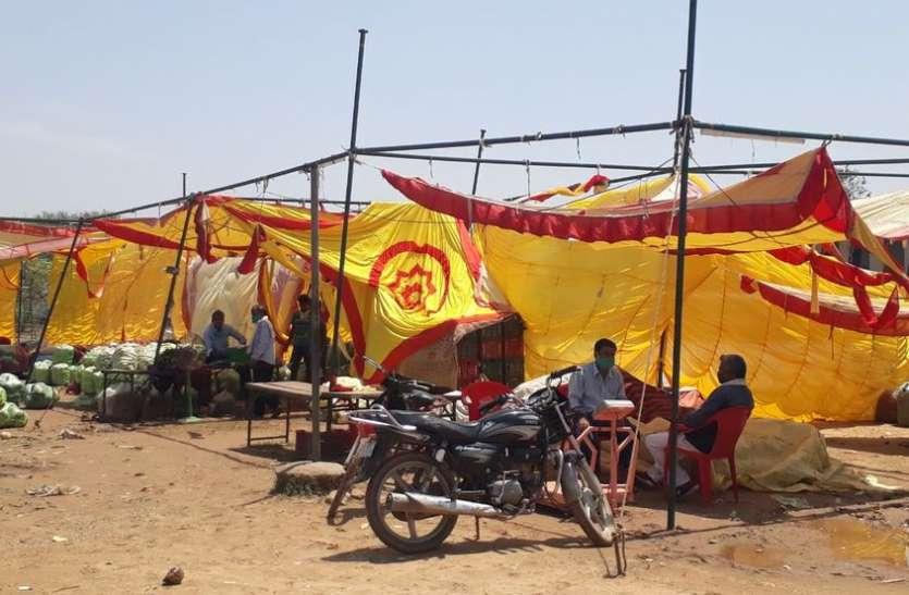 अंधड़-बारिश से टेंट फटे, सब्जी मण्डी में हजारों रुपए का नुकसान
