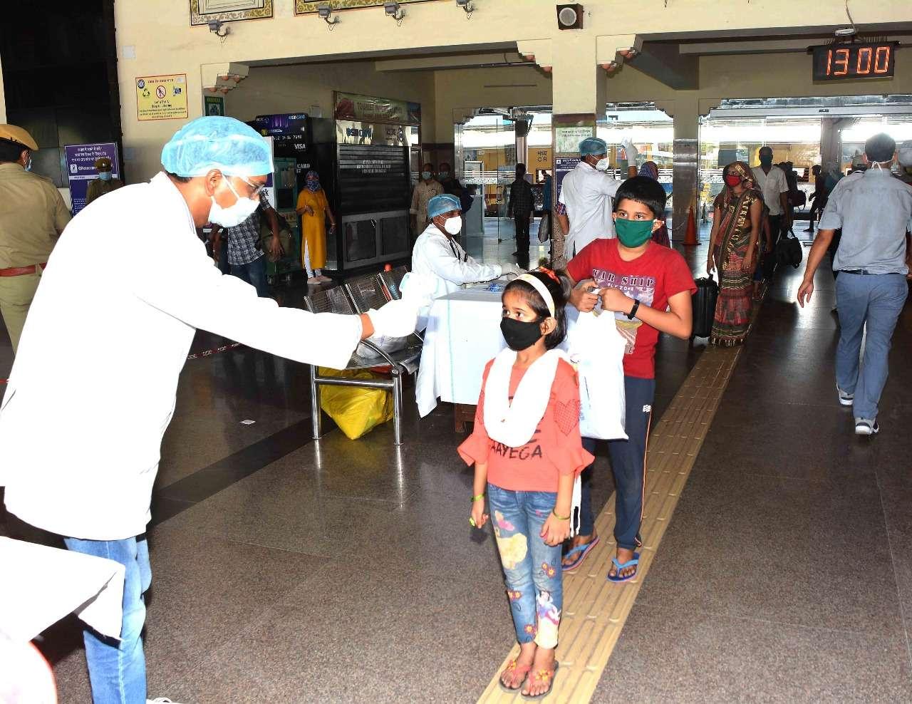 दो ट्रेन में महाराष्ट्र से जयपुर आए 24 सौ प्रवासी