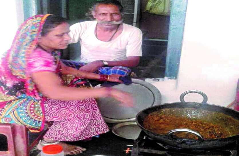 लॉकडाउन पर खुद की दुकान बंद पर लोगों के लिए बना रहे हैं भोजन