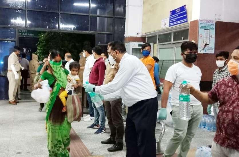 lockdown3.0:  प्रवासी मजदूरों के टिकट का सारा खर्च सामाजिक संस्था ने उठाया,  फूड पैकेट भी दिए