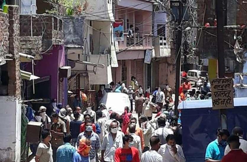 लॉकडाउन खुला नहीं, जनता सड़कों पर, आम दिनों जैसी भीड़, मास्क का नियम भी भूले