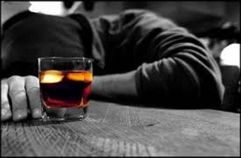 शराब की दुकानें खुलने की ख़ुशी में दोस्तों के साथ इतनी पी कि हो गयी मौत
