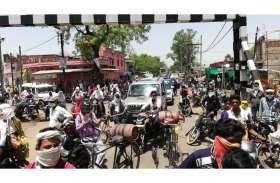 खितौला रेलवे फाटक का इंटरलॉकिंग सिस्टम बंद, 1.30 घंटे तक जाम में फंसे रहे लोग