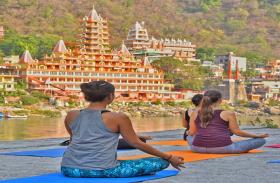 उत्तराखंड: स्वदेश जाने की बजाए योग सीखेंगे अमरीकी पर्यटक, इधर ममता सरकार नहीं ले रही अपनों की सुध