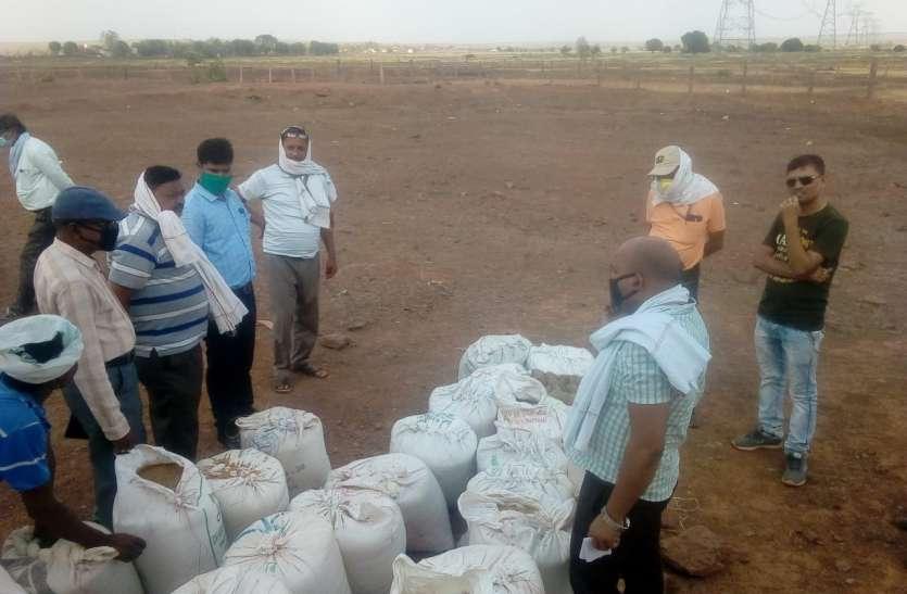 तौल में गड़बड़ी पर आक्रोशित किसानों ने जताया विरोध, अपना कांटा लेकर पहुंचे