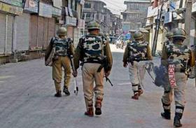 कश्मीर में मोबाइल कॉल सेवा बहाल, अन्य प्रतिबंध जारी