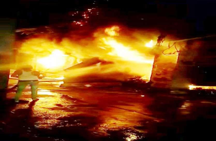 थोक विक्रेता की तीन दुकानों में आग, लाखों का सामान राख