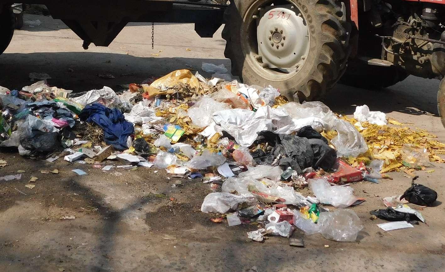 कचरा उठाव वाहन बिगड़े बेपटरी हुई घर-घर कचरा उठाव योजना