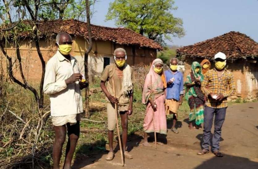 कोरोना से बचने बैगा संगठन गांव-गांव दीवारों में कर रहा चित्रकारी