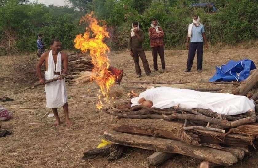 पिता ने कहा- एक बार चेहरा दिखा दो, शव देखते ही बेहोश हुई मां, एक साथ 9 लोगों का हुआ अंतिम संस्कार