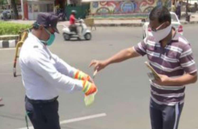 कोरोना का खौफ: चालान की राशि लेने से पहले नोटों को सैनिटाइज कर रही ट्रैफिक पुलिस
