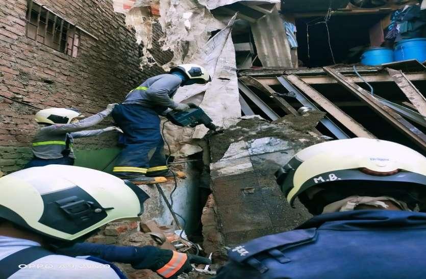 मुंबई के कांदिवली इलाके में जर्जर इमारत का हिस्सा गिरा,14 लोगों को बचाया गया
