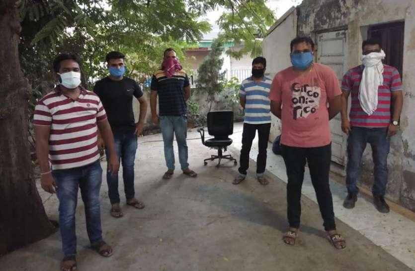 किक्रेट खेल रहे छह युवक गिरफ्तार