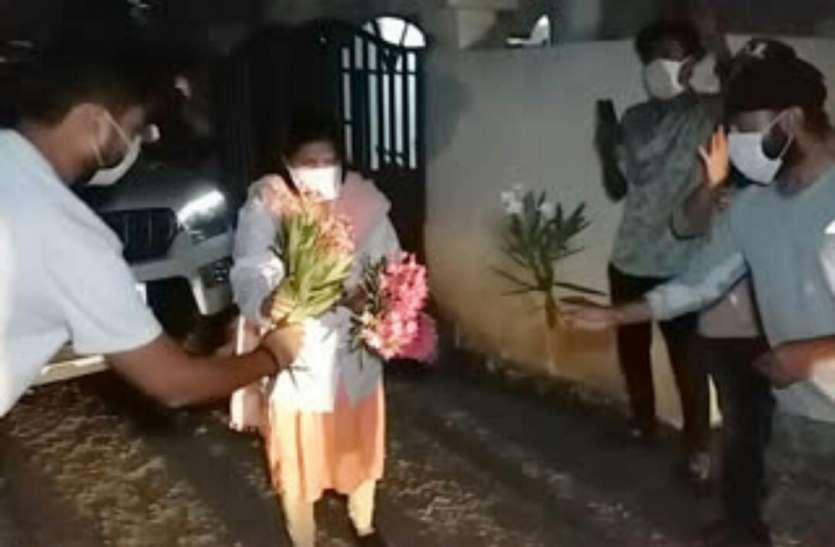कोरानो: कोविड सेंटर से 16 दिन बाद अपने घर वापस लौटी डॉक्टर समीक्षा सिंह
