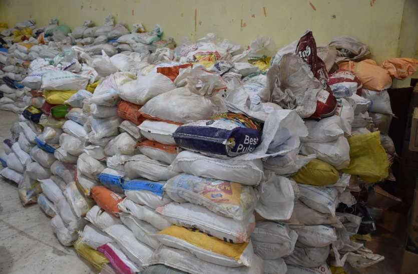 भाजपा कार्यकर्ताओं को सौंपी ढाई हजार राशन किट