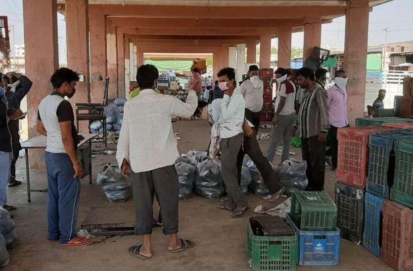 फल-सब्जी मंडी में शहरवासियों की आवाजाही से टूट रहा सुरक्षा का घेरा