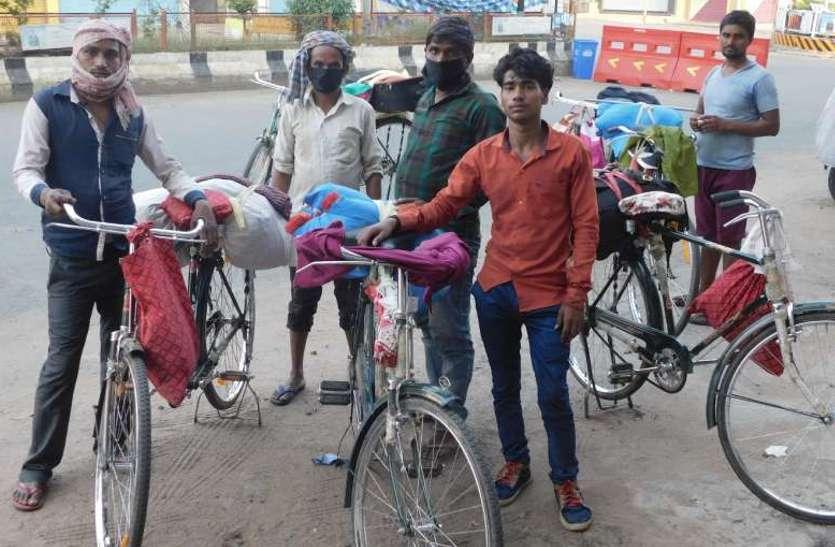 घर-परिवार की याद सताई तो मजदूर सूरत से साइकिल लेकर निकल पड़े 1 हजार 77 किमी दूर अपने घर