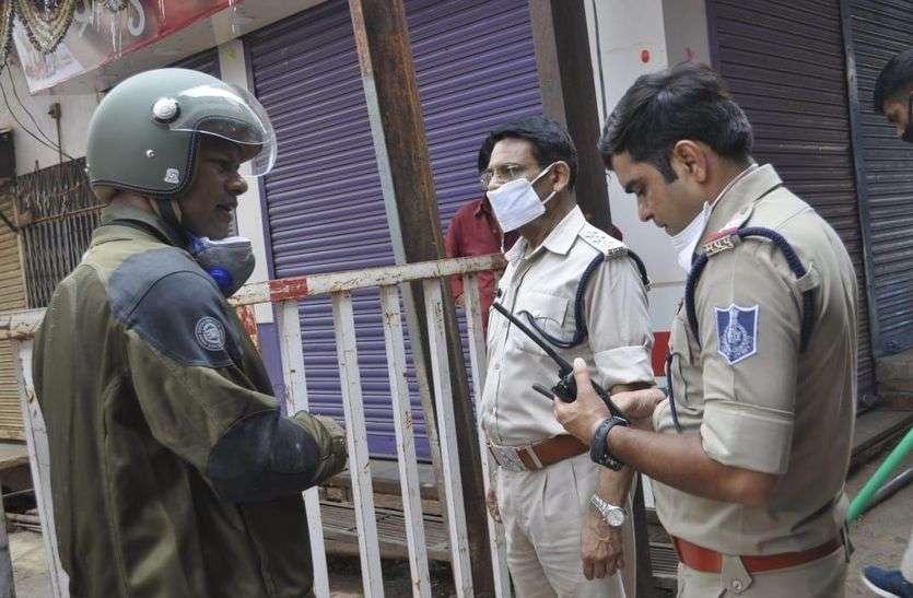 पुलिस अधिकारियों ने तंग गलियों में बाइक रोकने का लिया जायजा
