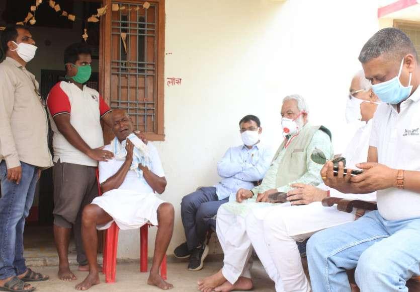 शहीद एसआई के घर पहुंचे स्वास्थ्य मंत्री टीएस सिंहदेव, प्रतिमा पर पुष्पांजलि अर्पित कर व्यक्त की शोक संवेदना