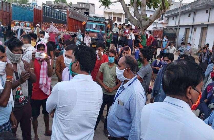 जम्मू कश्मीर के दिहाड़ी श्रमिकों ने नारेबाजी कर किया प्रर्दशन