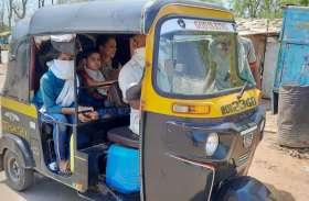 छोटे वाहनों में जान दाव पर लगाकर वाहन में बैठ रही सवारी
