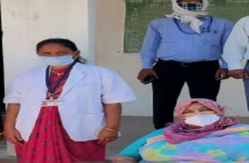 Nurses Day : 47 दिन से बच्चियों से दूर गांव में ड्यूटी कर निभा रही अपनी जिम्मेदारी