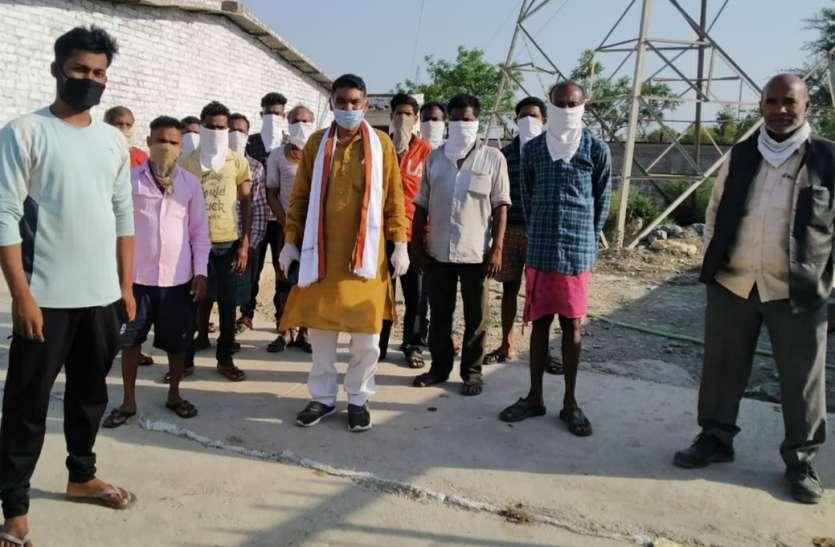 सतना जिले में फंसे 18 श्रमिकों को भेजा गया CG के महासमुंद, जाते समय भावुक हो गए मजदूर