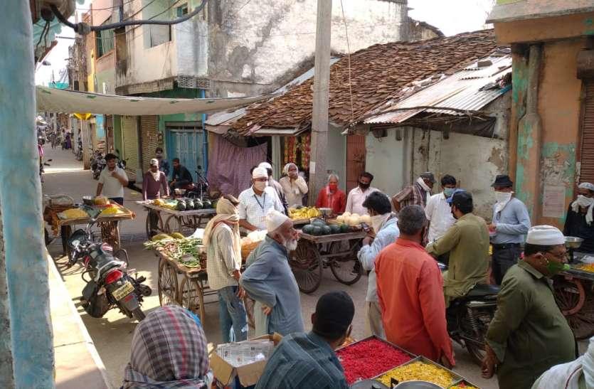 सोशल डिस्टेंस का पालन नहीं करने पर फल-सब्जी विक्रेताओं के बनाए चालान