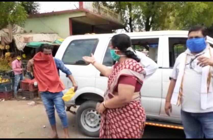 मजदूरों से धोखाधड़ी करके भागने वाले वाहन चालक को तहसीलदार ने जमकर लताड़ा