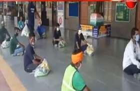 VIDEO :स्टेशन पर काम करने वाले सफाई कर्मचारियों को राशन बांटा