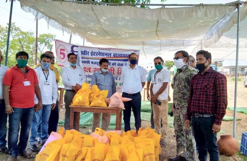प्रवासी मजदूरों को महावीर इंटरनेशनल द्वारा दी जा रही राहत सामग्री