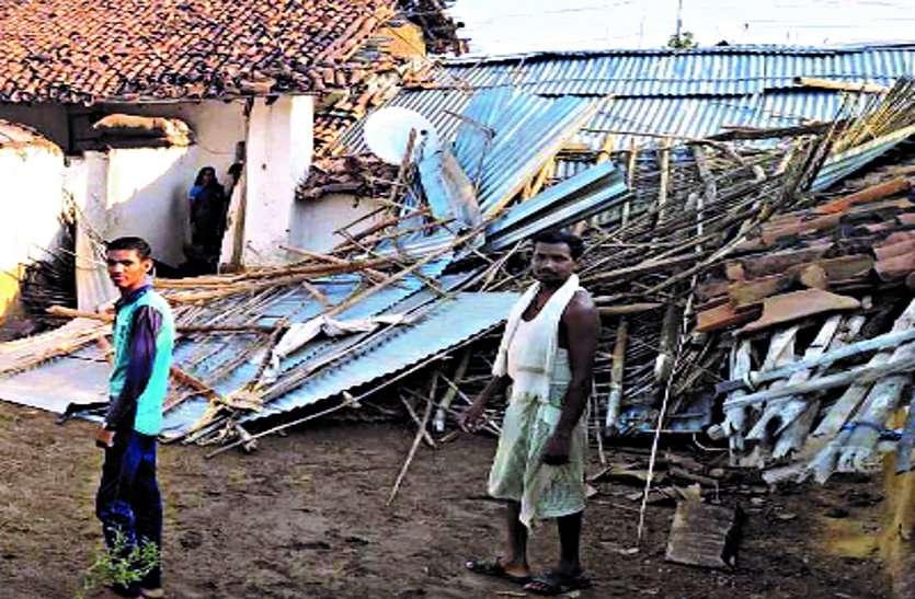 तेज आंधी में अनेक घरों के छप्पर उड़े, बिजली गिरने से विद्युत उपकरण हुए राख