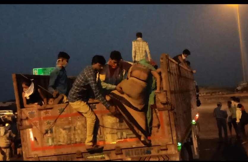 टोल नाके पर सैकड़ों बसें खड़ीं, फिर भी प्रवासी मजदूरों को ट्रकों से भेज रहे जिम्मेदार
