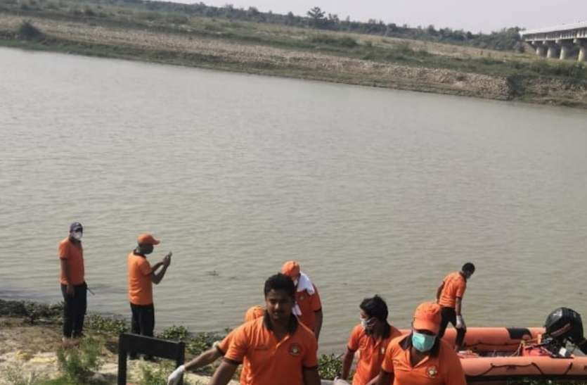 मोबाइल पर बात करते-करते पुल से राप्ती नदी में गिरी युवती, SDRF ने किया रेस्क्यू, एक घंटे बाद मिली लाश