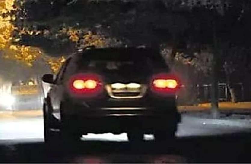 आधी रात कॉलोनी में डांसिंग कार देखकर मच गया हड़कंप, पुलिस ने कांच से देखा तो युवक और युवती...