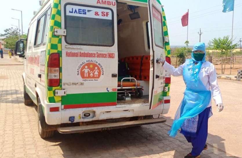 ऐसी मजबूरी, फटा हुआ PPE किट पहनकर महिला स्वास्थ्यकर्मी ने कोरोना संदिग्ध को पहुंचाया अस्पताल, बढ़ा संक्रमण का खतरा