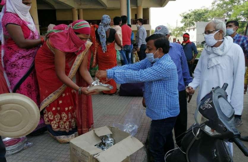 प्रवासी मजदूरों को बीएमएस ने भोजन वितरण किया