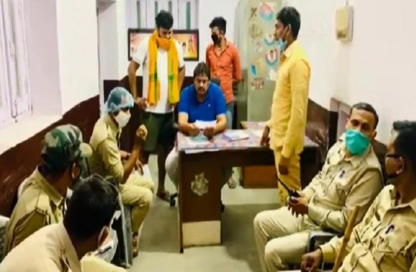 प्रवासी मजदूरों को खाना खिलाने पर चौकी इंचार्ज ने बसपा नेता को भेजा नोटिस तो SSP ने दिखाया बाहर का रास्ता