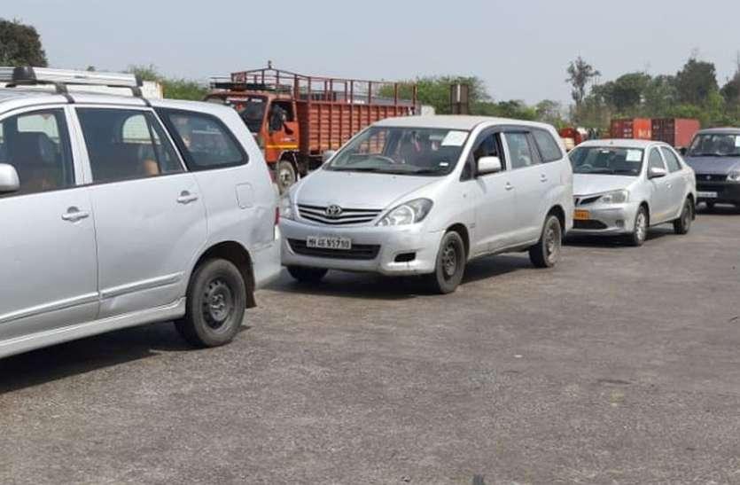 राज्य की सीमा पर वाहनों की लगी कतार