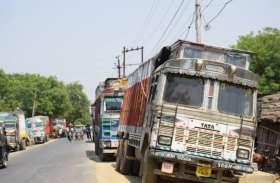 अनियंत्रित होकर असंतुलित ट्रक पिकअप में टक्कर मारकर सड़क किनारे पलटा