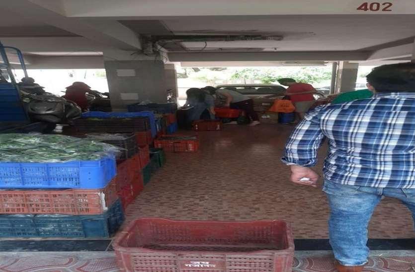 लॉक डाउन का उल्लघंन : पॉर्किंग में लगी सब्जी मंडी और खरीदने के लिए लोगों की भीड़