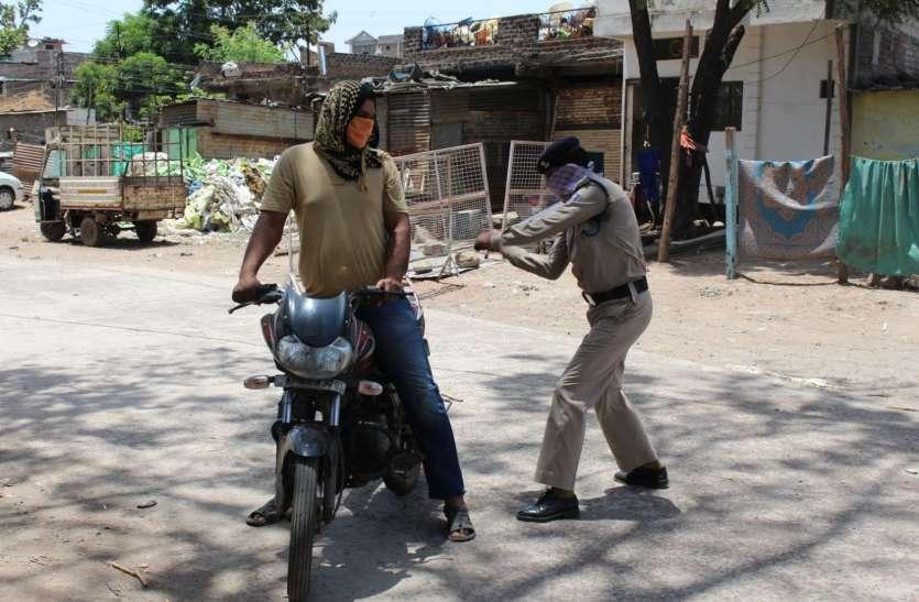 कंटेंटमेंट एरिया में बाईक पर मासूम को लेकर घूम रहे थे (देखे वीडियो)