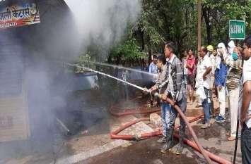 फोटोगैलरी :शॉर्ट सर्किट से दिल्ली निट्स की दुकान में लगी आग