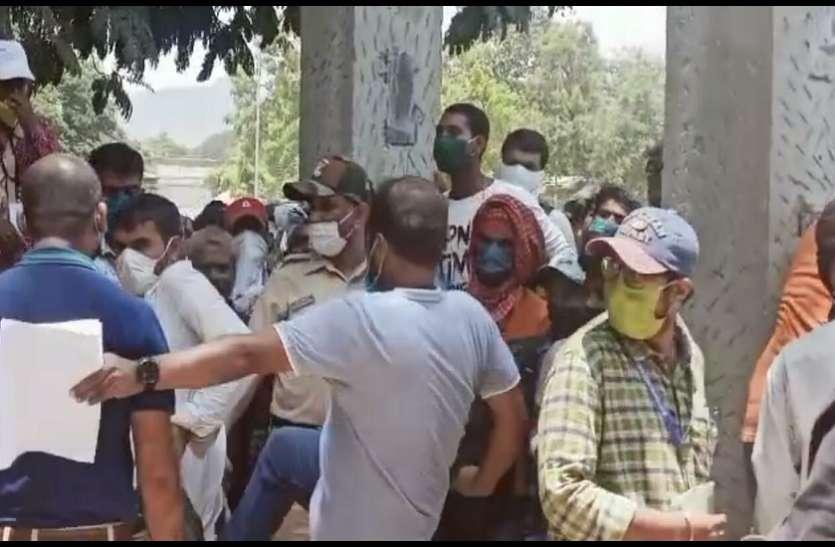 मजदूर को तहसीलदार ने मारी लात सोशल मीडिया पर वीडियो वायरल