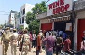 जम्मू-कश्मीर: 58 दिनों बाद खुली शराब की दुकानें, लंबी कतारों ने बयां की लोगों की तड़प!