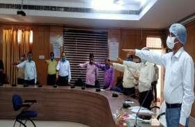आतंकवाद निरोधी दिवस पर डीएम ने दिलाई शपथ, कलेक्ट्रेट सभागार में अधिकारियों-कर्मचारियों ने ली शपथ