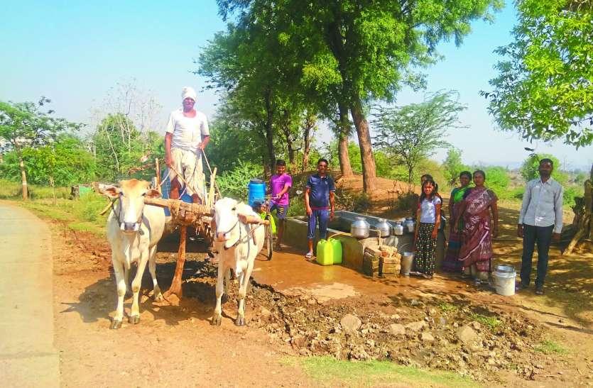 बैलगाड़ी से पीने का पानी लाने को मजबूर ग्रामीण