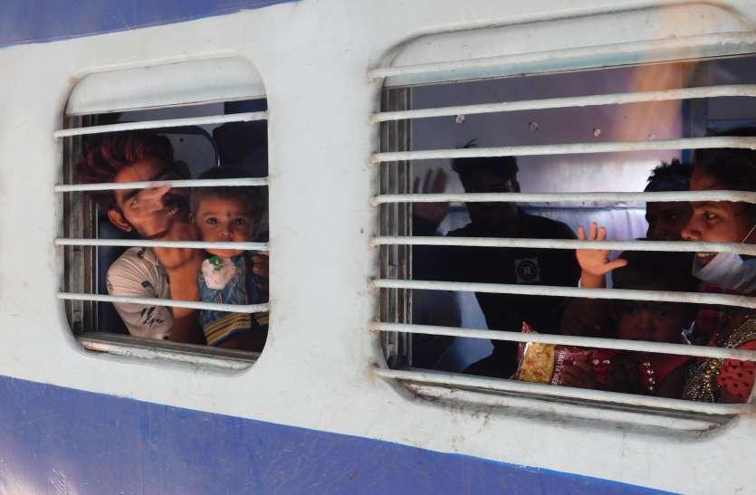 भूखे पेट ट्रेनों में सफर करने को विवश हैं मजदूर