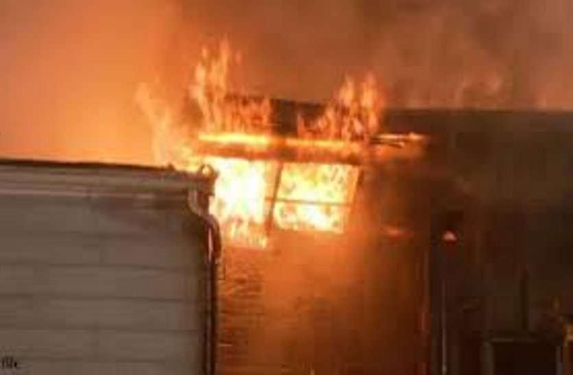 बिजली की तार में झाड़ टकराने से लगी आग